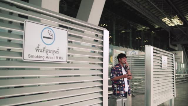ヒスターの男喫煙タバコ - タバコを吸う点の映像素材/bロール