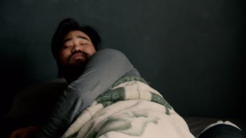 stockvideo's en b-roll-footage met hipster man wakker worden in de ochtend - moe