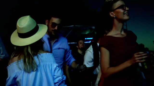 流行に敏感な人祭でダンスとビールを飲み - 灯台船点の映像素材/bロール