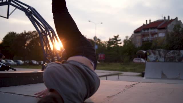 vídeos de stock e filmes b-roll de hipster performing breakdancing in skateboard park - cultura hip hop
