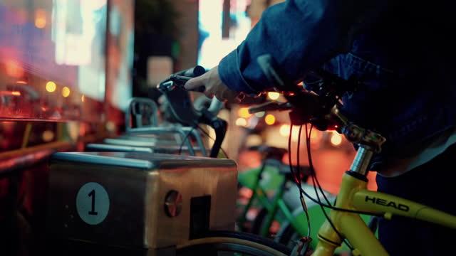 vídeos de stock, filmes e b-roll de pessoa hipster alugando bicicleta sozinho. - parking