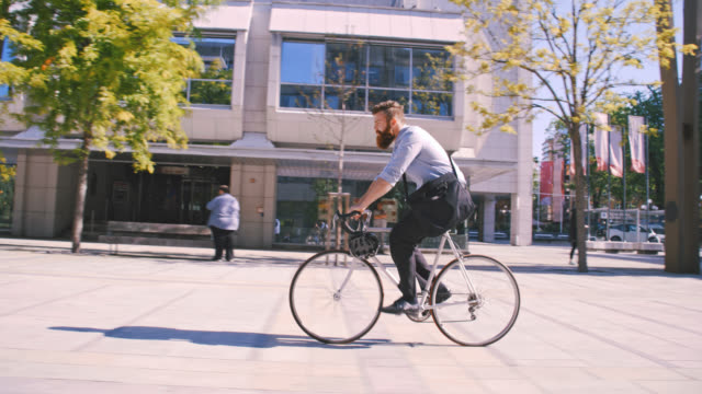 vídeos de stock, filmes e b-roll de slo mo hipster, andar de bicicleta na cidade - passageiro diário