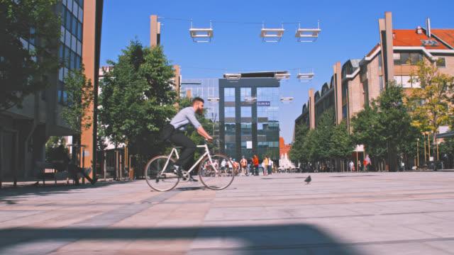 SLO-MO-Hipster mit dem Fahrrad in der Stadt