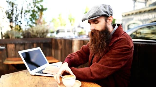 hipster nehmen sie einen kaffee in einem café in san francisco - vollbart stock-videos und b-roll-filmmaterial
