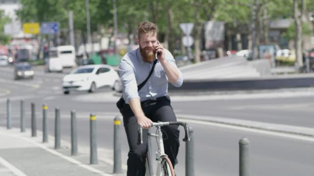 R/F Hipster telefonieren während der Fahrt einer Fahrrad in der Stadt