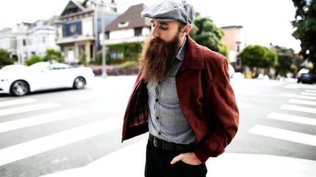Hipster von SMS-Nachrichten in der Stadt