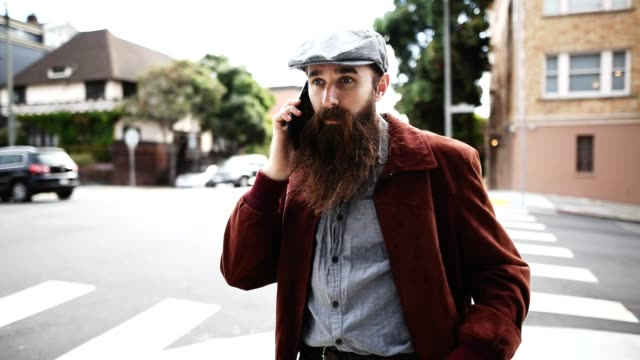 hipster text messaging in the city - peluria del viso video stock e b–roll