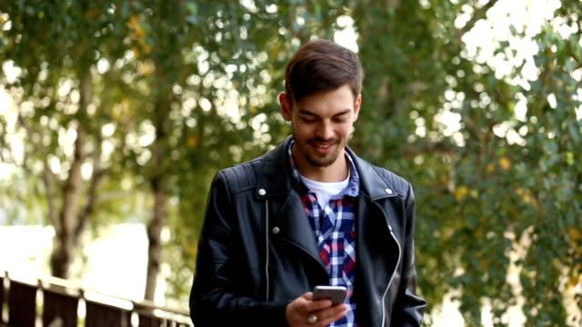 vídeos de stock e filmes b-roll de hipster usando smartphone - homens jovens