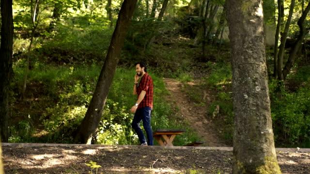 Hipster caminando en el Parque