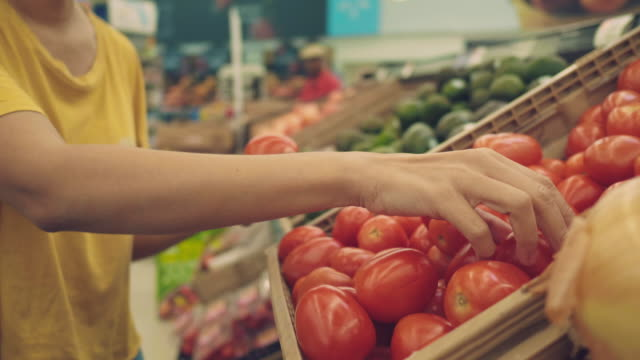 hipster woman in grocery store - scegliere video stock e b–roll