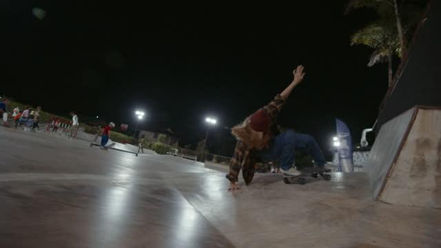 hipster kvinna skateboarding på skate park. - endast en tonårsflicka bildbanksvideor och videomaterial från bakom kulisserna