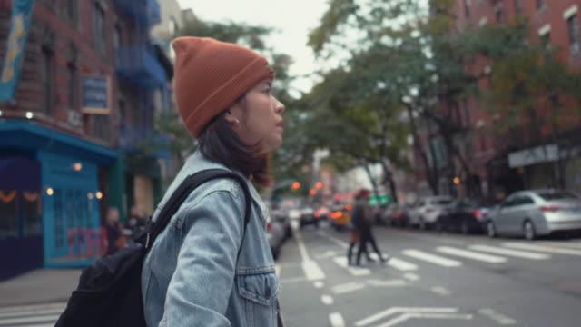 流行に敏感な女性が路上で一人歩き。 - manhattan点の映像素材/bロール