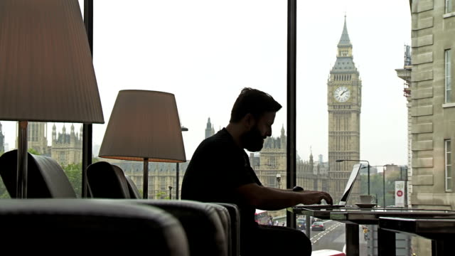 LS Hipster Arbeiten am Laptop In London