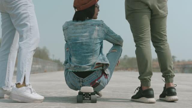 vidéos et rushes de hipster jeune adulte après planche à roulettes- stock vidéo - la vingtaine