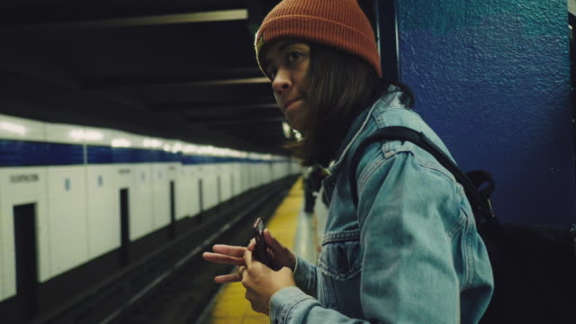 vídeos de stock e filmes b-roll de hipster young woman in new york city subway, - plataforma de estação de metro