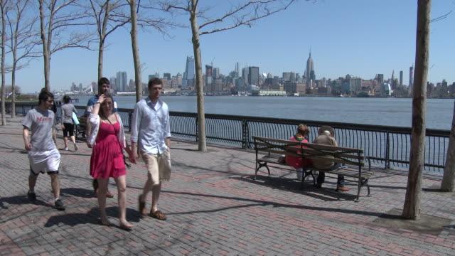 vídeos de stock, filmes e b-roll de hipsters, people walking & enjoying a warm spring day - pier a, hoboken nj / manhattan skyline & ny harbor - porto distrito