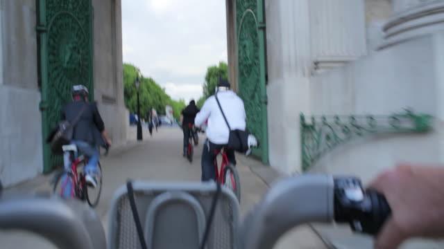 vídeos de stock e filmes b-roll de pov ws hire bike riding through wellinton arch london - a caminho