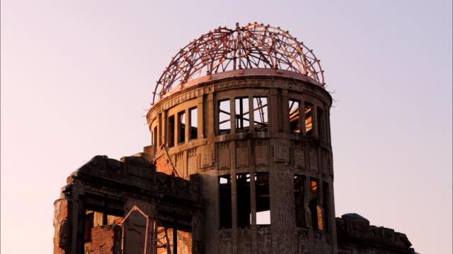 t/l ms hiroshima peace memorial at sunset, hiroshima, japan - arma nucleare video stock e b–roll