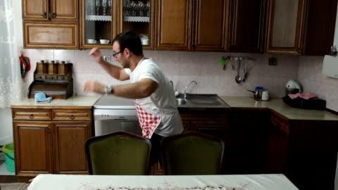 vídeos y material grabado en eventos de stock de ha quemado la cena - cocina electrodomésticos