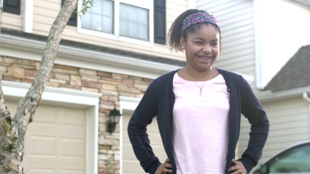 vidéos et rushes de fille hispanique et afro-américaine restant à l'extérieur de la maison - 10 11 ans