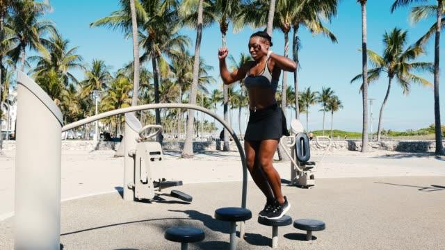 vídeos y material grabado en eventos de stock de atleta hispano ejercicio en miami cerca de la playa del sur - corredora de footing