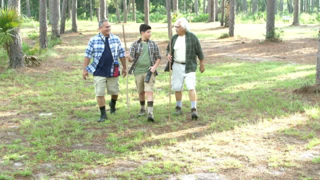 ヒスパニックの少年、父と祖父公園でハイキング - 大家族点の映像素材/bロール