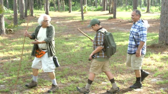 ヒスパニックの少年、父と祖父公園でハイキング - 全身点の映像素材/bロール