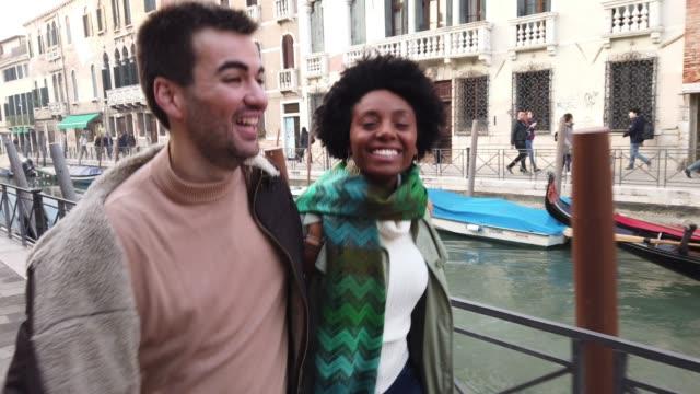 vidéos et rushes de couple brésilien hispaniques appréciant des vacances de vacances à venise-italie - 30 34 ans