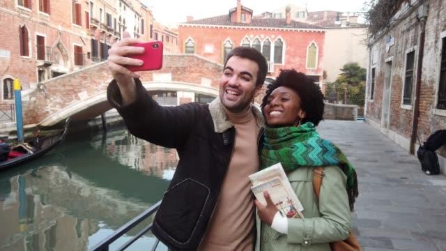 hispanisch-brasilianisches ehepaar genießen urlaub in venedig-italien - pardo ethnische zugehörigkeit stock-videos und b-roll-filmmaterial