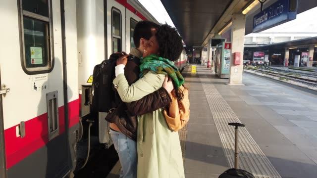 vidéos et rushes de couple hispano-brésilien en italie-voyage comté en train - quai de gare