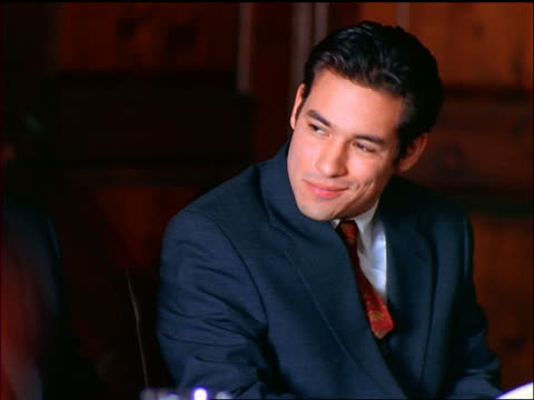 vídeos de stock, filmes e b-roll de hispanic businessman listening + nodding to out-of-focus person gesturing in foreground - vestuário de trabalho formal