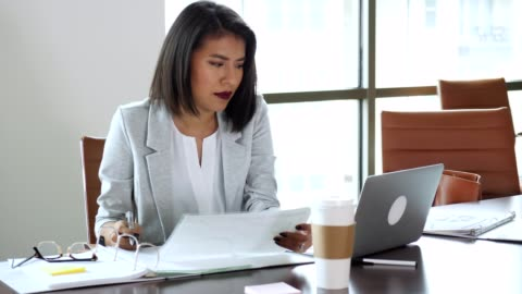 hispanic businesswoman is frustrated while working in her office - confusion stock videos & royalty-free footage