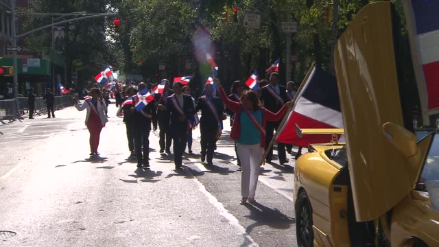 hispanic day parade nyc dominican republic float at hispanic day parade on october 13 2013 in new york new york - bandiera dell'argentina video stock e b–roll