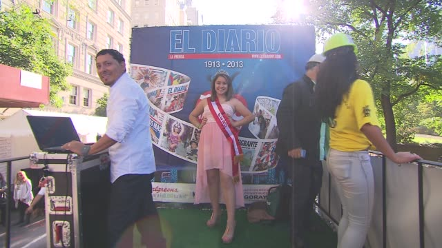 hispanic day parade nyc el diario celebrates their 100th anniversary on october 13 2013 in new york new york - bandiera dell'argentina video stock e b–roll