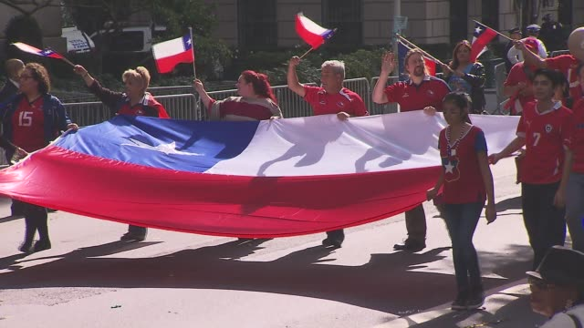 hispanic day parade nyc onlookers cheer on the chilean float on october 13 2013 in new york new york - bandiera dell'argentina video stock e b–roll
