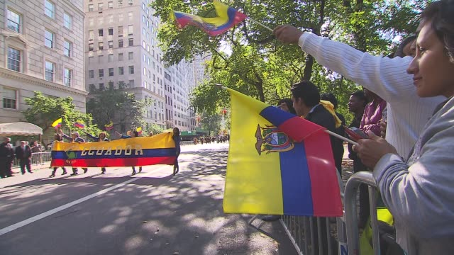 hispanic day parade nyc onlookers cheer on the ecuadorian float on october 13 2013 in new york new york - bandiera dell'argentina video stock e b–roll