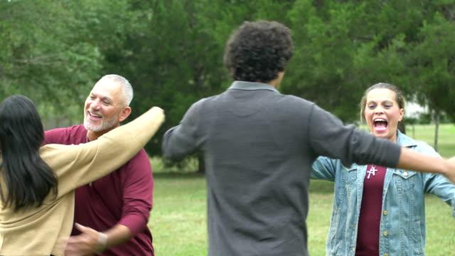 vidéos et rushes de réunion de famille hispanique, fils adolescent et fille adulte - les bras écartés