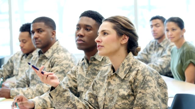 vídeos de stock e filmes b-roll de hispanic female cadet asks question during army training class - tropa