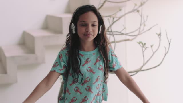 vídeos y material grabado en eventos de stock de hispanic female listening and dancing to music at home - sólo una adolescente