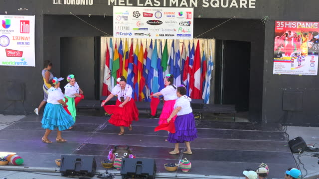 vidéos et rushes de hispanic fiesta in mel lastman square: blue hat or sombrero azul traditional dance group from el salvador performing in the main stage - azul
