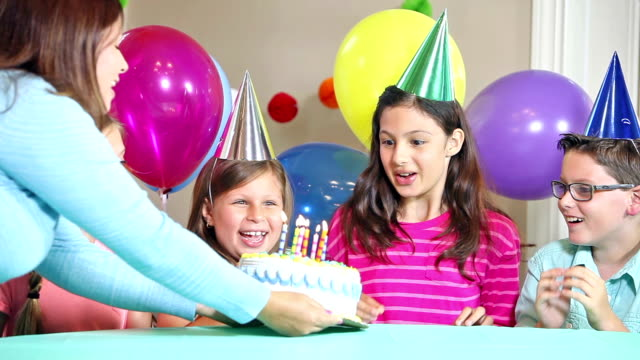 vídeos de stock e filmes b-roll de hispanic girl blows out candles on birthday cake - 10 11 anos