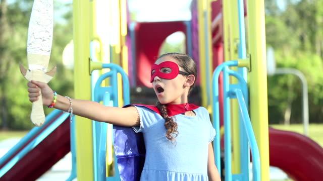 スーパーヒーローを演じるヒスパニックの女の子 - ヒーロー点の映像素材/bロール