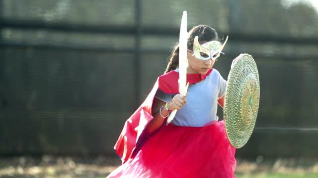 戦士を演じるヒスパニックの女の子 - 盾点の映像素材/bロール