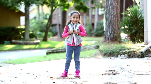 vídeos de stock e filmes b-roll de hispanic girl ready for preschool - full length