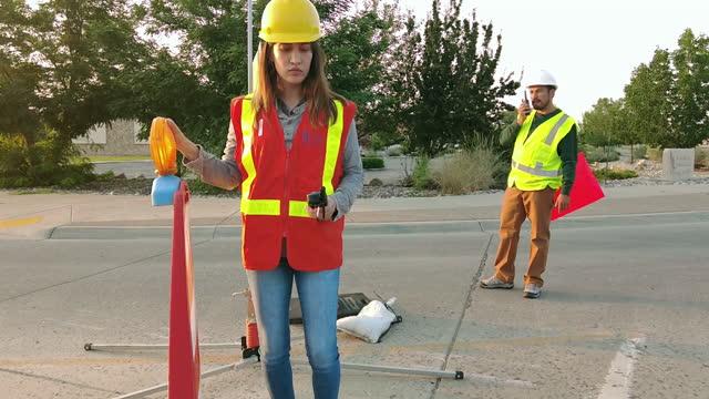 ispanici maschi e femmine lavoratori di costruzione e manutenzione stradale negli stati uniti occidentali 4k video - cantiere di costruzione video stock e b–roll