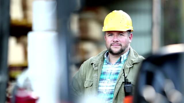 vidéos et rushes de homme hispanique travaillant dans la cour à bois - chantier de scierie