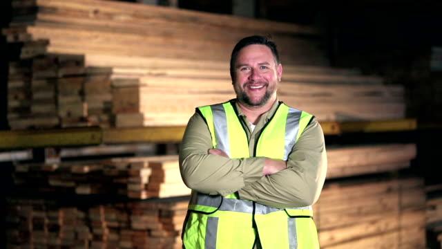 vídeos y material grabado en eventos de stock de hombre hispano trabajando en lumberyard - 30 39 años