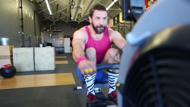 vidéos et rushes de hispanic man working out in a gym - musculation