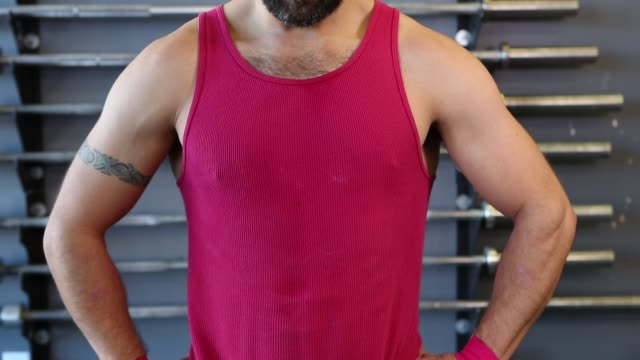stockvideo's en b-roll-footage met hispanic man working out in a gym - krachttraining