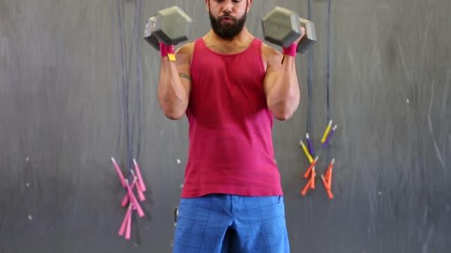 vídeos de stock, filmes e b-roll de hispanic man working out in a gym - calções de corrida